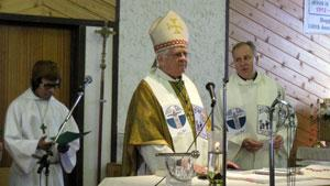 Bishop Reynald Rouleau of the Churchill-Hudson Bay diocese celebrates mass at Chesterfield Inlet, Nunavut, to mark the church's 100th anniversary in the Eastern Arctic. (Verna Strickland/CBC)