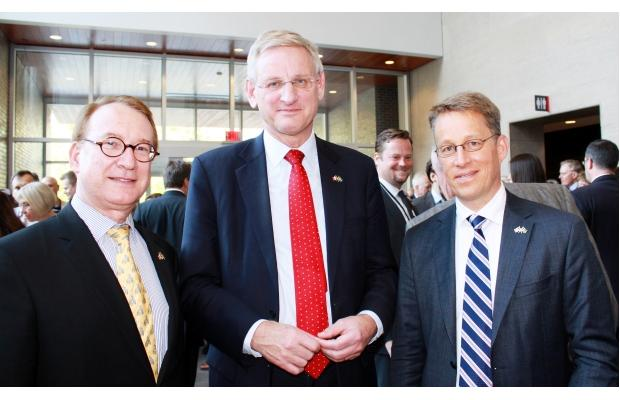 Bildt (in middle) at Carleton University with DFAIT legal adviser Alan H. Kessel and Swedish Ambassador Teppo Tauriainen. Photo Credit: Ulle Baum, The Ottawa Citizen