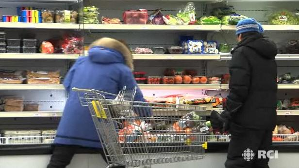 Grocery shopping in Akulivik, an Inuit village in northern Quebec. Radio Canada International.