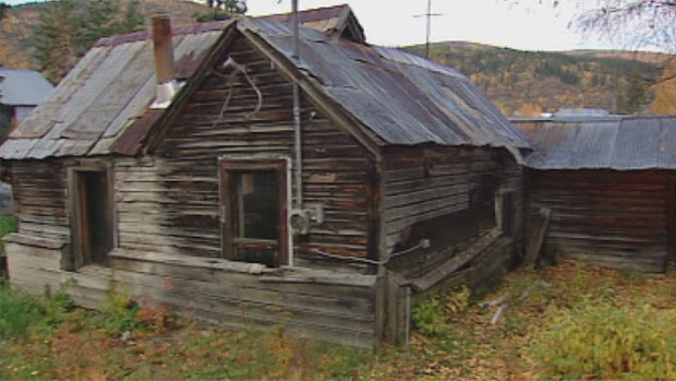 A shanty in Dawson City is at the centre of the debate on whether the town should, and even can, preserve its many Gold-Rush era buildings. (CBC)