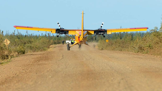 A Royal Canadian Air Force Twin Otter lands on the Dempster Highway west of Tsiigehtchic, N.W.T., during Operation Nanook 2012. (Joint Task Force North)