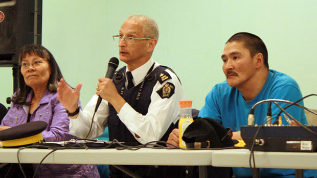 Rebekah Williams, assistant deputy minister of Nunavut's Department of Justice, RCMP V Division Supt. Hilton Smee and Clyde River Mayor Apusie Apak attend a community meeting Tuesday. (Paul Tukker/CBC)