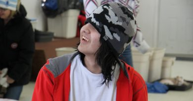 Les jeunes de Deline participant à un atelier de savoir-faire traditionnel.