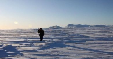 Inuit hunter and guide Elijah Pallituq walks on sea ice checking for seal breathing holes along the cracks in sea ice. (Levon Sevunts, Radio Canada International)