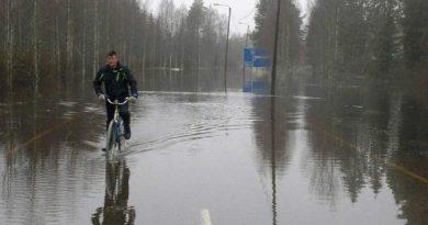 Waters on Wednesday flooded the centre of Ylikiiminki. (Antti Huttu-Hiltunen / Yle)