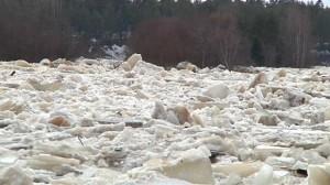 Ice blockages in the Kiiminki river Sunday. (Tuomas Hirvonen/Yle)