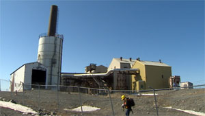 Crews will begin removing asbestos and arsenic trioxide found in the roaster complex at Yellowknife's Giant Mine this summer. (CBC)