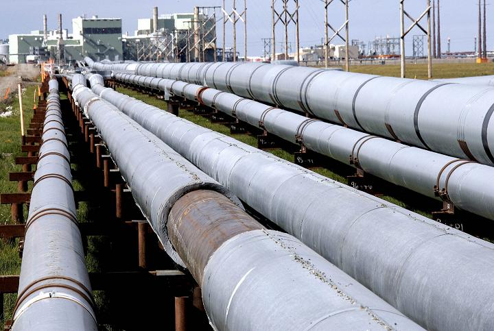 Piplines runing from the Prudhoe Bay oil field on Alaska's North Slope in 2006. (Al Grillo / AP)