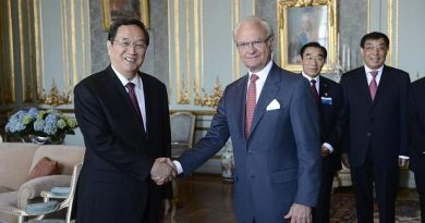 Yu Zhengsheng (L), current chairman of the Chinese People's Political Consultative Conference (CPPCC National Committee), shakes hands with King Carl Gustaf of Sweden during an audience on June 3, 2013 at the Royal Palace in Stockholm. (Leif R Jansson / Scanpix / Sweden)