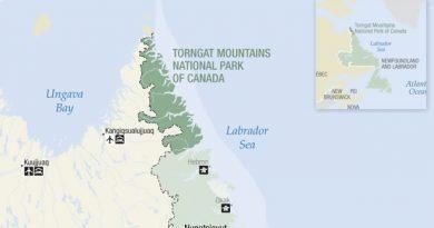 À l'extrémité nord de la côte du Labrador se trouve une chaîne de hautes montagnes arides aux précipices abrupts qui s'enfonce dans les terres depuis la mer et que les Inuits d'autrefois considéraient comme la demeure de l'esprit suprême de leur mythologie. Le nom qu'ils donnaient à cette région, Torngait, signifie « lieu habité par les esprits » et s'explique par la présence de Torngarsoak, qu'ils croyaient maîtriser la vie des animaux marins et qu'ils représentaient sous la forme d'un ours polaire gigantesque. (Citation est tirée de GSC Memoir 91 : The Labrador Eskimo d'Ernest W. Hawkes, anthropologue qui a visité le Labrador en 1914 dans le cadre d'une expédition de la Commission géologique du Canada.)