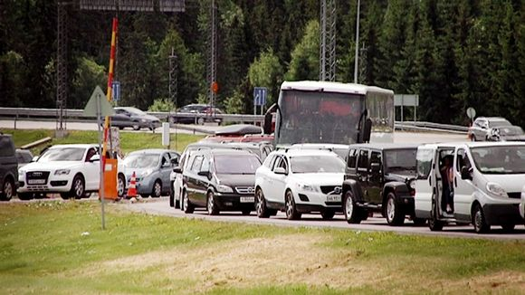 Queues at the eastern border sometimes hold up tourists from Russia. (Yle)