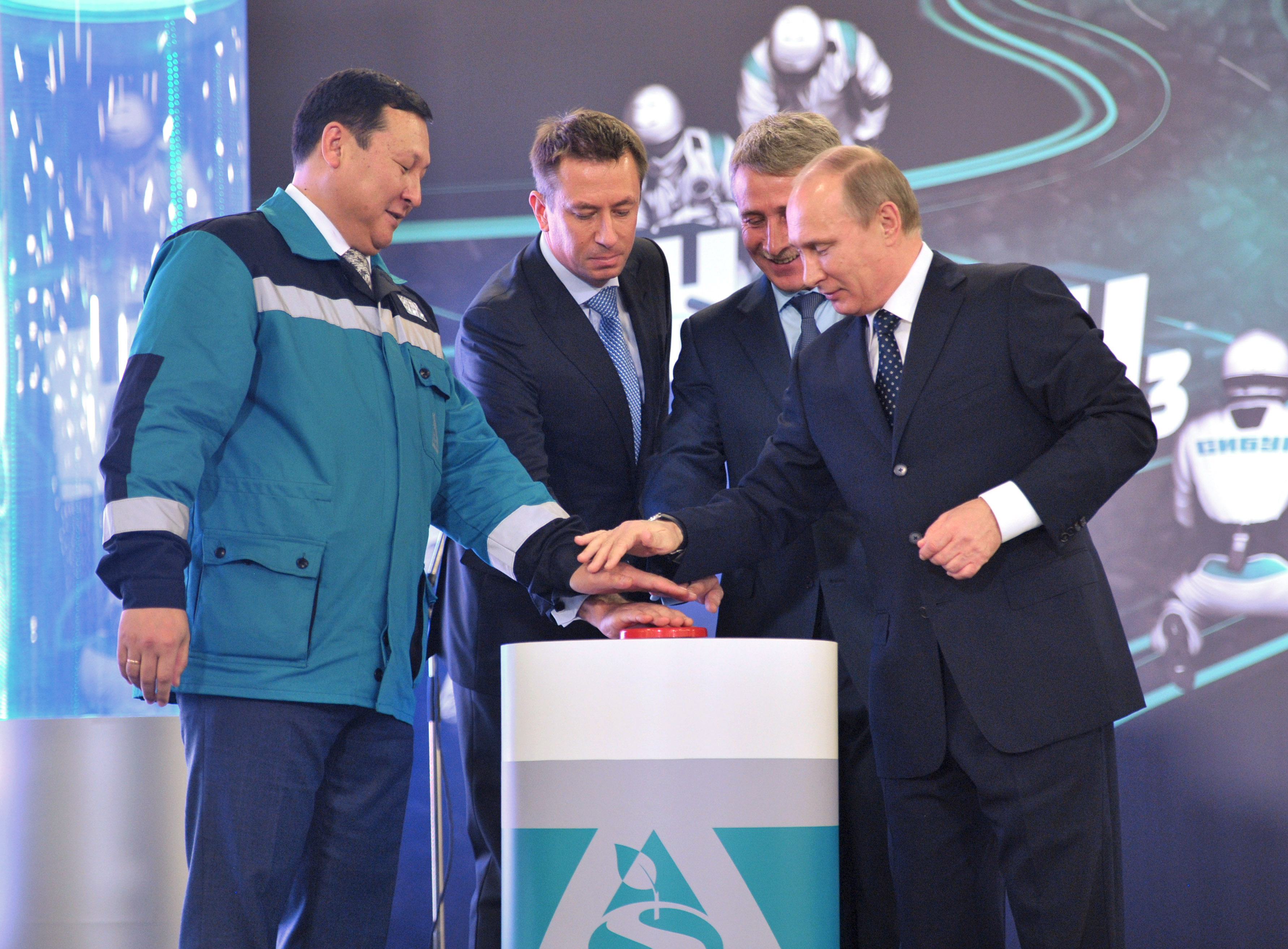 Novatek chairman of the board Leonid Mikhelson (2nd R) on October 15, 2013. Novatek, Russia's largest gas independent, agreed to supply 3 million tonnes per year of LNG to CNPC, one of the partners in its $20 billion project on the Arctic Yamal peninsula (AFP)