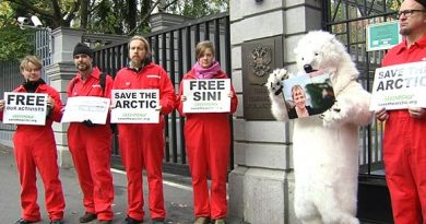 Supporters of detained Finnish Greenpeace activist Sini Saarela at the Russian Embassy in Helsinki. (Yle)