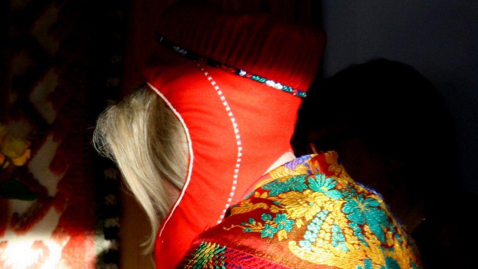 A Sámi woman wearing a traditional headress. Image: Aletta Lakkala / Yle