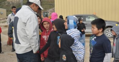 Jordin Tootoo meets with fans in the Nunavut hamlet of Kimmirut. (Emily Ridlington/CBC)