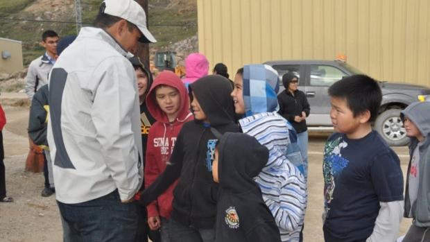 Jordin Tootoo meets with fans in the Nunavut hamlet of Kimmirut. (Emily Ridlington/CBC)