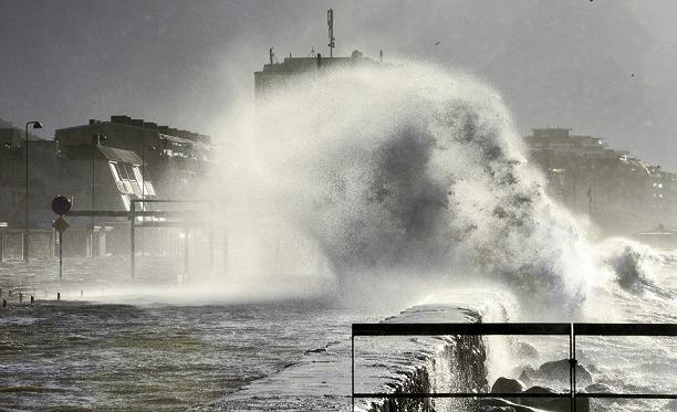 Storm Sven hits southern Sweden on December 6, 2013. On Thursday, northern Sweden braced for a winter storm, and several trains were cancelled. (Johan Nilsson/TT News Agency/AFP)