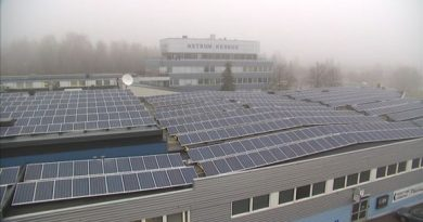 Solar panels carpet the roof of the old Salora television factory in Salo, southwest Finland. (Jussi Kallioinen / Yle)