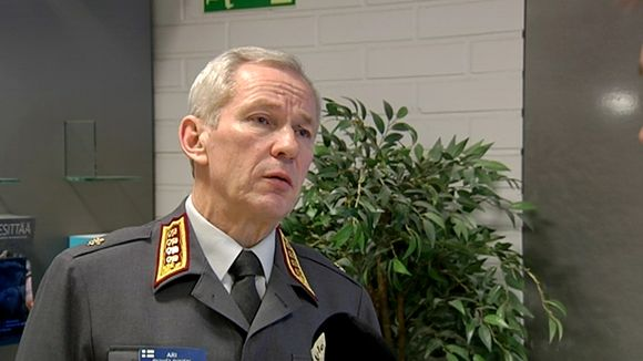 Gen. Puheloinen visited Yle's broadcast centre on Thursday morning. (Yle)