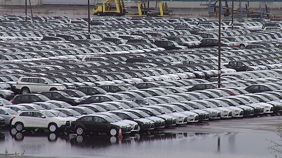 Thousands of cars remain at a standstill at the Kotka-Hamina port due to lack of demand in Russia. (Yle)