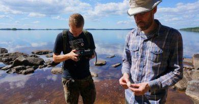 Metsähallitus archaeologists Esa Hertell and Olli Eranti discovered Stone Age implements from the shores of Lake Koitere. (Pertti Huotari / Yle)