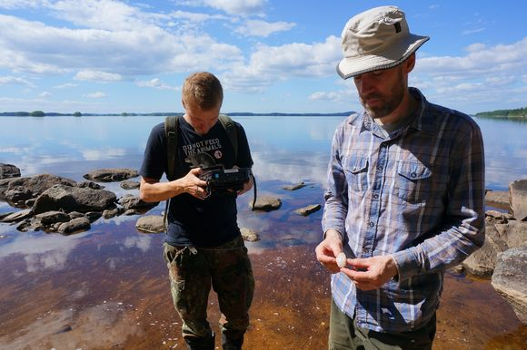 Metsähallitus archaeologists Esa Hertell and Olli Eranti discovered Stone Age implements from the shores of Lake Koitere. (Pertti Huotari / Yle)