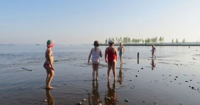 The waterline is unusually far out at one of Kemi's most popular swimming spots.(Riikka Rautiainen / Yle)