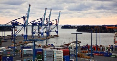 Finnish dockers are on strike on Wednesday. (Jyrki Lyytikkä / Yle)
