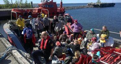WWF volunteers left Raahe harbour to join the effort. I (Kati Jurkko / Yle)