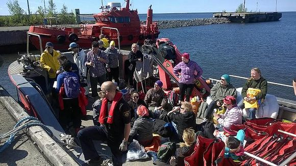 WWF volunteers left Raahe harbour to join the effort. I (Kati Jurkko / Yle)
