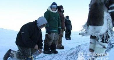 Inuit setting up seal nets on Baffin Island in Canada's eastern Arctic territory of Nunavut. (Levon Sevunts / Radio Canada International)