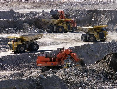 Heavy haulers and excavators work in the Diavik diamond mine pit on Lac de Gras, approximately 300km northeast of Yellowknife, NT Saturday July 19, 2003. (Adrian Wyld/The Canadian Press)
