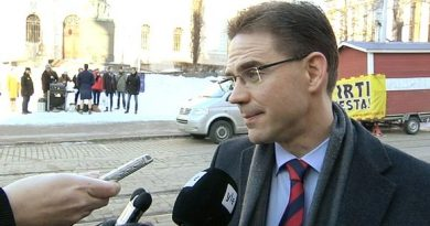 Finnish Prime Minister Jyrki Katainen was met by protesters and reporters at the House of Estates on Thursday morning. Yle