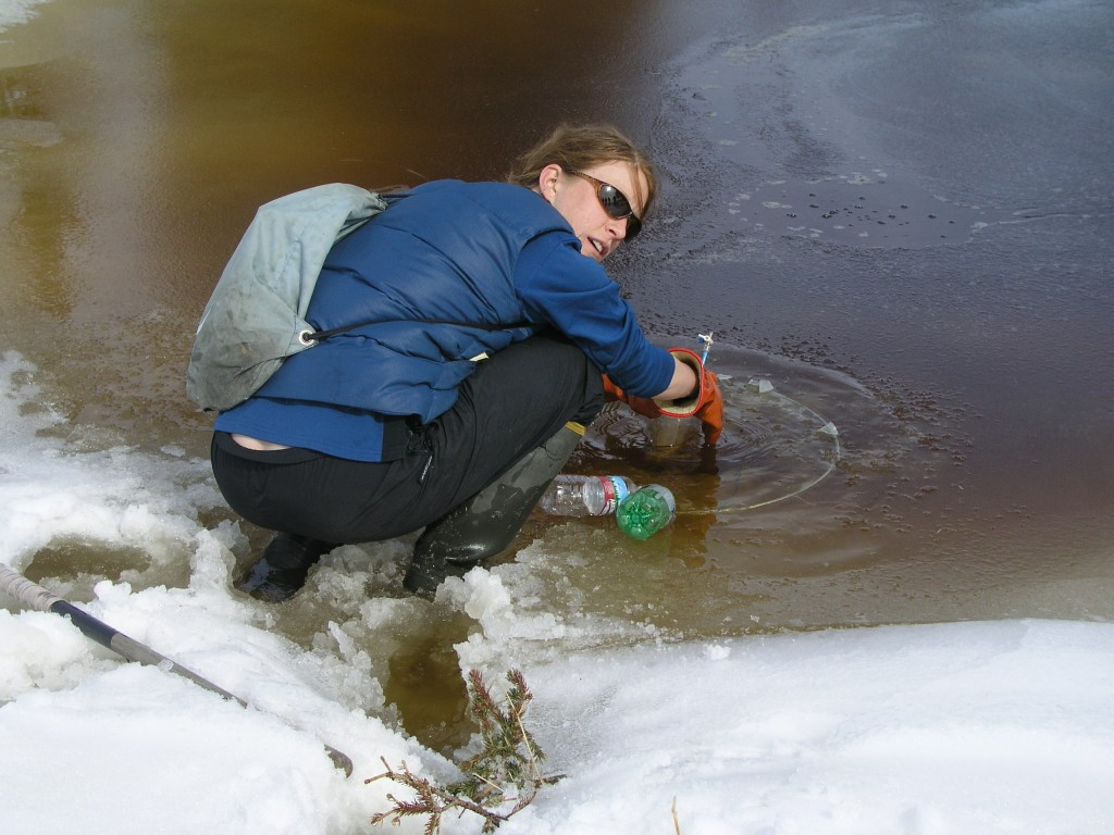 "Laura Brosius collects methane from Eight Mile Lake using an ""umbrella trap."" (I.Quaile / 2008)"