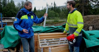 Scientists Henning Lorenz and Björn Almkvist are digging deep into the geological past. (Marcus Frånberg/Sveriges Radio)