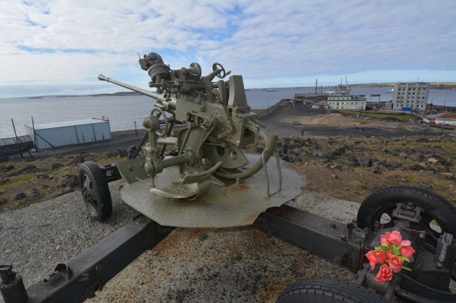 A World War II memorial gun overlooking Dikson, Russia's northernmost town on the Taimyr Peninsula in Siberia. (Thomas Nilsen / Barents Observer)