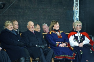 On the official stage for the wreath laying ceremony back row from left to right: Børge Brende, Norway's Foreign Minister; Sergey Lavrov, Russia's Foreign Minister; Lavrov's translator. Front row, left to right: Prime Minister Erna Solberg, King Harald V of Norway; Cecilie Hansen, Kirkenes mayor; Bente Haug, deputy county mayor for Finnmark. (Emma Jarratt/Barents Observer)
