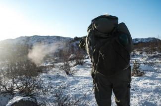 Pettersen takes a shot and hits his target. (Emma Jarratt/Barents Observer)