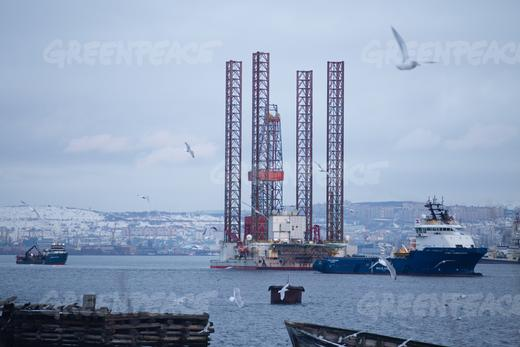 The  Saturn drilling rig arrives in the port of Murmansk after an accident occurred November 7 during the towing of the rig from its exploratory drilling location in the Pechora Sea in Arctic Russia. (Gleb Paikachev/Greenpeace)