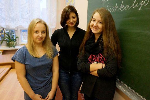 Anastasia Titova, Anastasia Tuulos and Anastasia Pilija from the Finno-Ugric School in Petrozavodsk, Republic of Karelia. (Pertti Huotari / Yle)