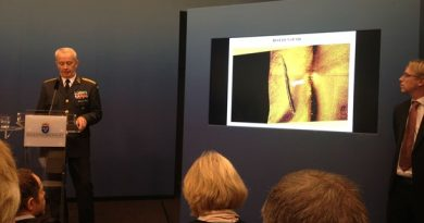 Göranson shows an image of what he says are tracks of the submarine on the sea floor. (Frank Radosevich / Radio Sweden)
