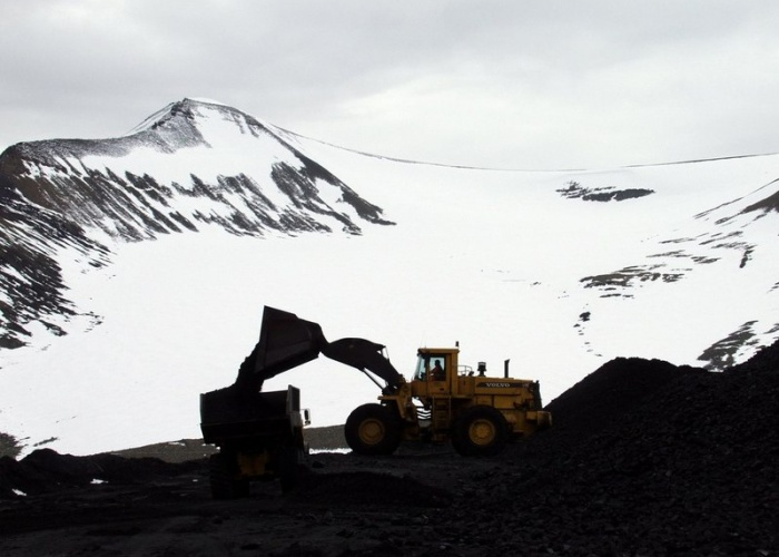 The coal from Lunckjefjell mine are loaded on trucks that drive through a road built on the glacier on their way to the port of shipment. (Thomas Nilsen/BarentsObserver)