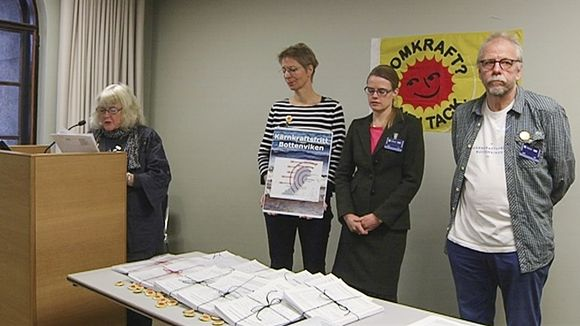 Representatives of the NGO Nuclear-free Bay of Bothnia (Kärnkraftsfritt Bottenviken) hand over 20,000 signatures to Parliamentarians in Helsinki. (Yle)