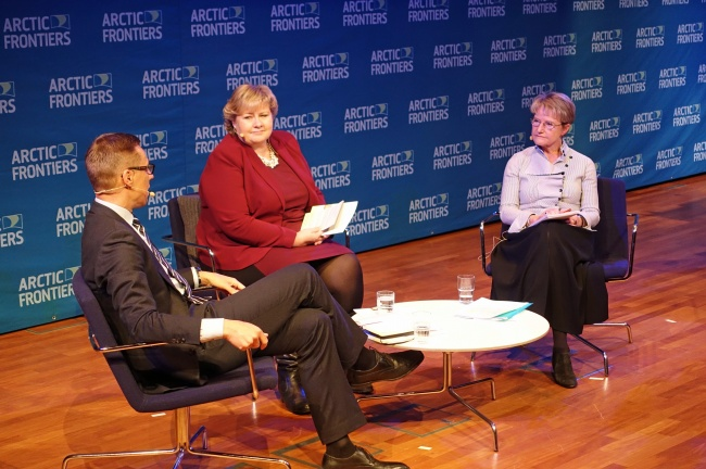 Alexander Stubb, Erna Solberg and Kristina Persson discussing the report on cooperation in the Scandinavian Arctic. (Trude Pettersen/Barents Observer)