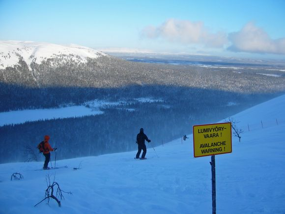 Skiers at the Lapland resort of Ylläs are warned not to go off-piste unaccompanied. (Ville Laakso / Yle)