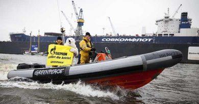 Greenpeace protests Arctic oil drilling in Hamburg, Germany. (Daniel Müller / Greenpeace)
