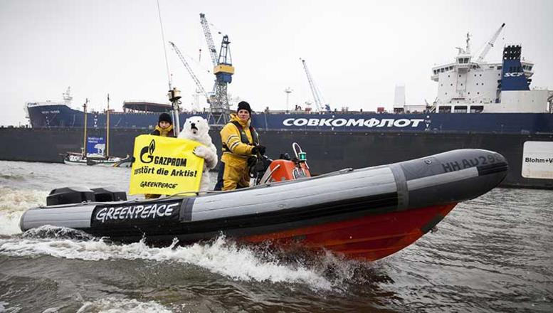 Greenpeace protests Arctic oil drilling in Hamburg, Germany. (Daniel Müller / Greenpeace)