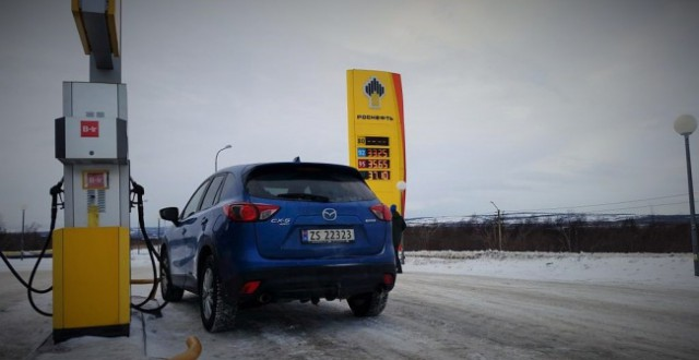 Norwegians are happy customers at Rosneft's gas station in Nikel. (Thomas Nilsen/Barents Observer)