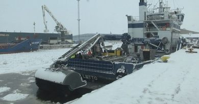 The crew of the oil spill recovery vessel Letto geared up for the exercise on Tuesday. (Kyösti Vaara/Yle)