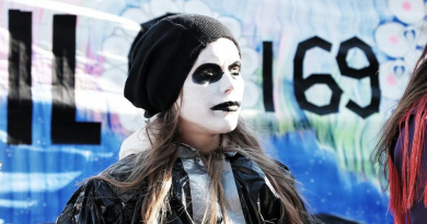 A Sámi youth protester outside of Parliament on Friday. (Vesa Toppari / Yle)